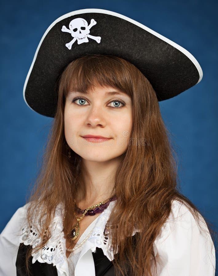 Молодая женщина в шлеме пирата стоковое фото rf