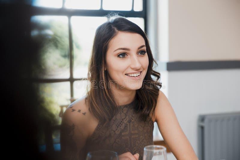 Молодая женщина говоря на неофициальной встрече стоковое изображение rf