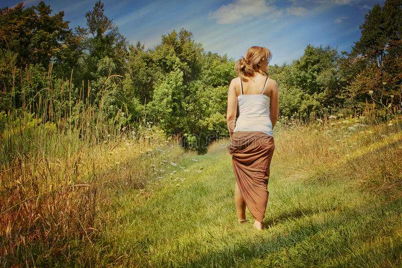 Молодая женщина гуляя прочь стоковое фото rf