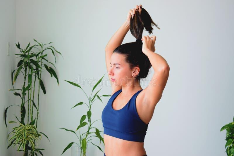 Молодая женщина делая йогу дома стоковое изображение