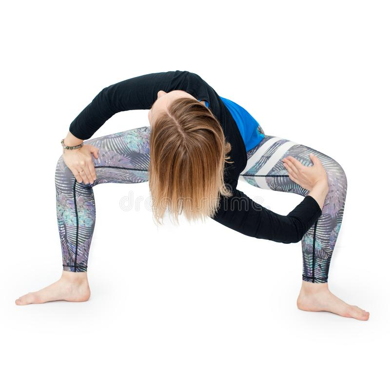 Молодая женщина делая практику йоги изолированную на белой предпосылке концепция здоровой жизни и естественного баланса между тел стоковое изображение rf