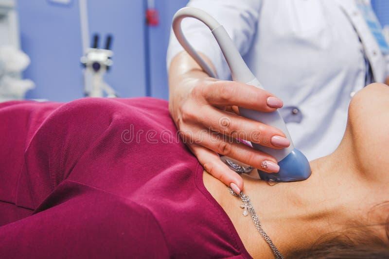Молодая женщина делая рассмотрение ультразвука шеи стоковое фото rf