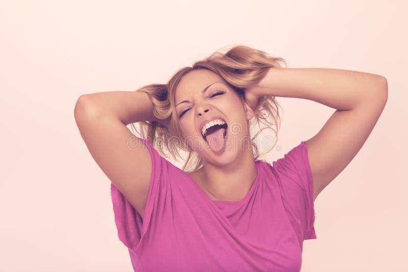 Молодая женщина делая смешные стороны стоковая фотография rf