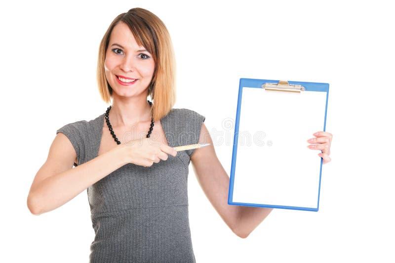 Молодая женщина дела стоя при ее изолированная доска сзажимом для бумаги стоковые фотографии rf
