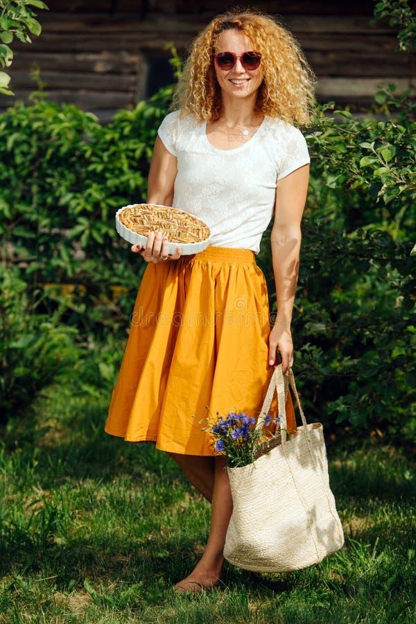 Молодая женщина, держащая в загородной местности сумку для покупок из Ð стоковые изображения rf