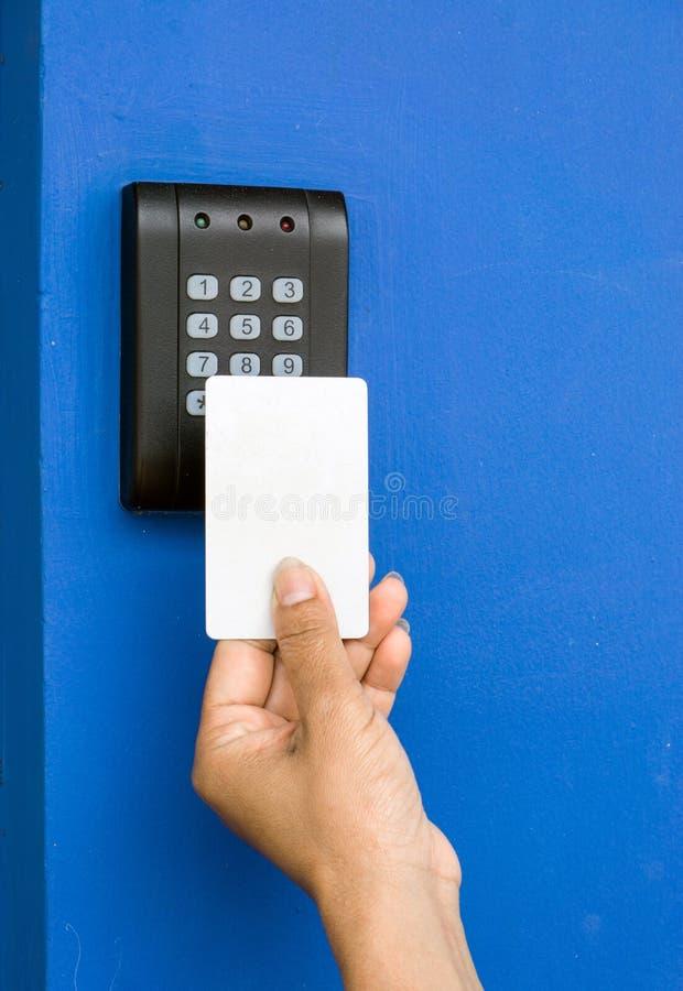 Молодая женщина держа ключевую карточку для того чтобы зафиксировать и открыть дверь , стоковое изображение
