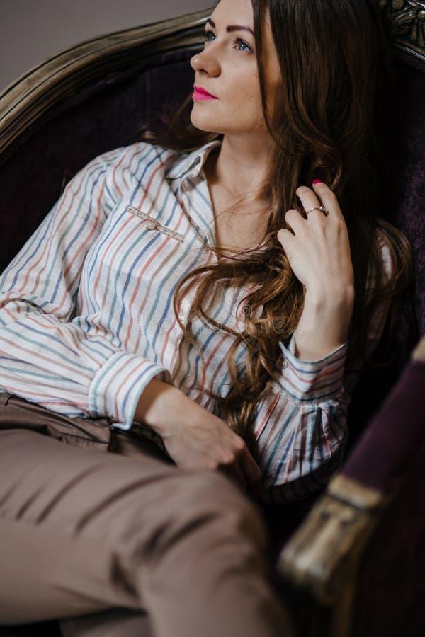 Молодая женщина держа красный бокал на ресторане стоковое фото rf