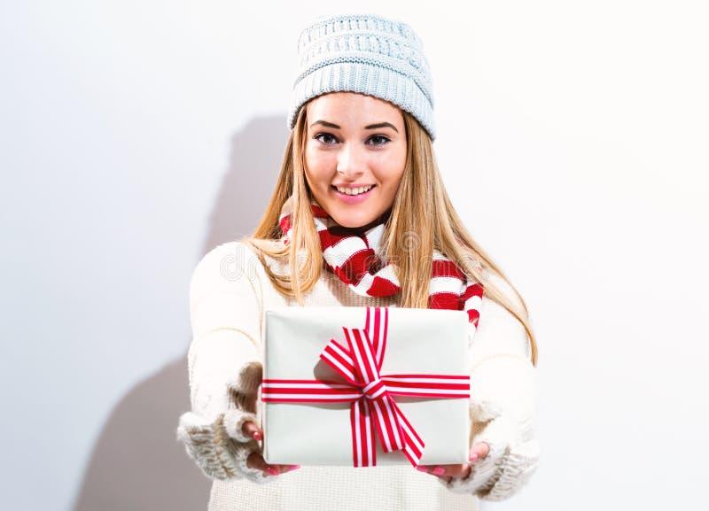 Молодая женщина держа подарок рождества стоковая фотография