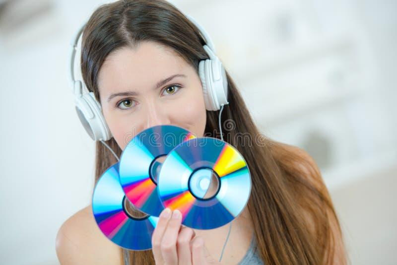 Молодая женщина держа dvd-rom стоковое изображение