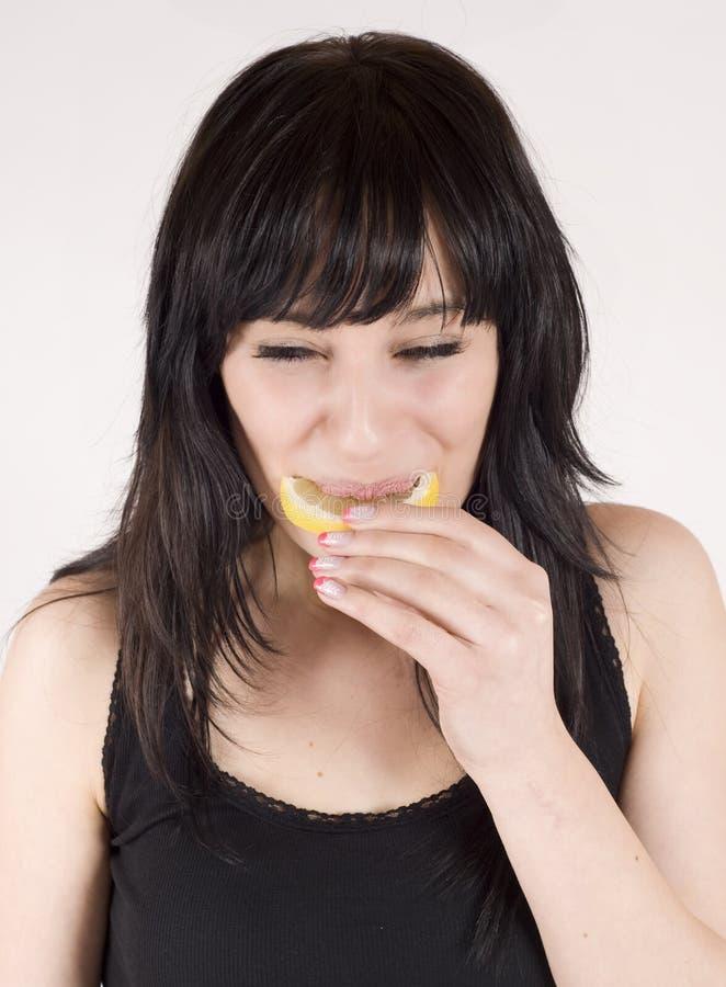 Молодая женщина ест свежие цитрусовые фрукты стоковая фотография rf