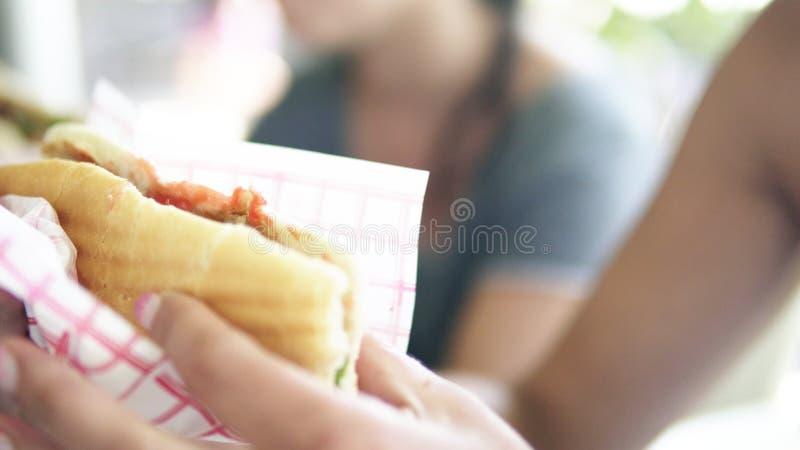 Молодая женщина ест kebab doner стоковое фото
