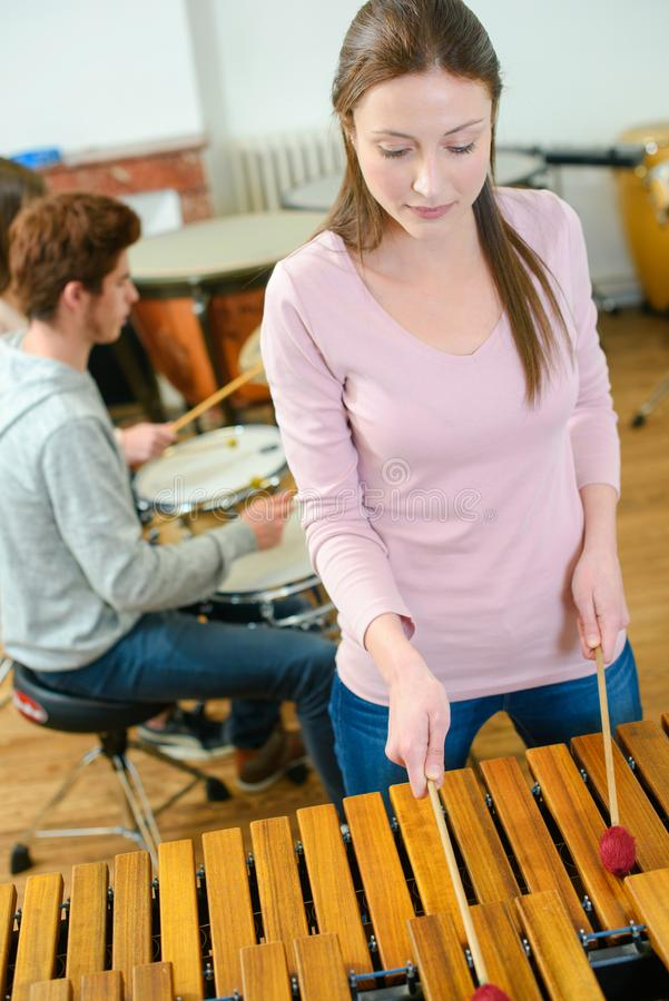 Молодая женщина играет деревянные клавиатуры стоковое фото