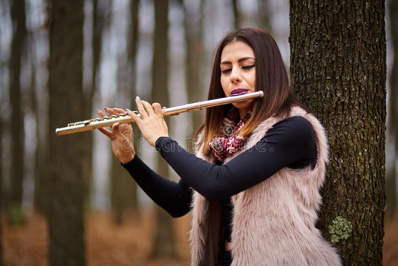 Молодая женщина играя каннелюру внешнюю стоковая фотография rf