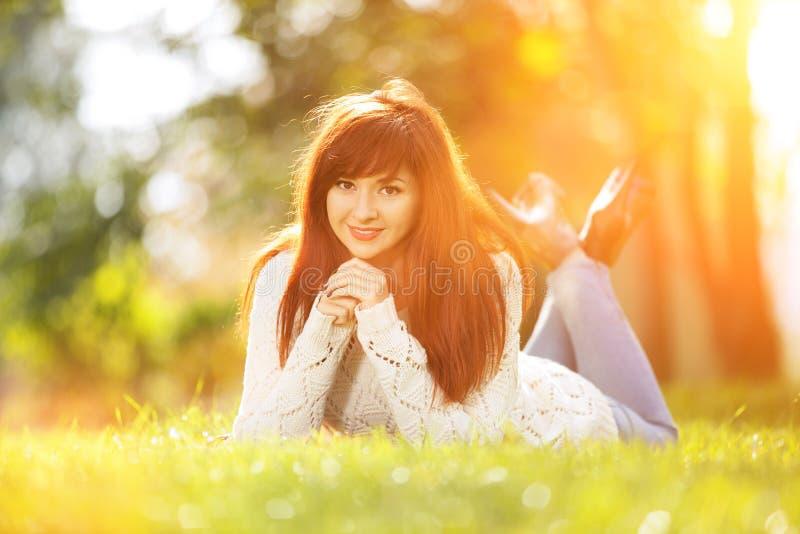 Молодая женщина идя в парк Сцена природы красоты с красочной предпосылкой на сезоне осени На открытом воздухе образ жизни стоковое изображение rf