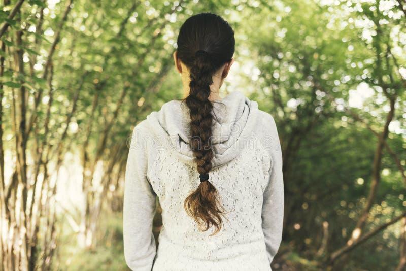 Молодая женщина идя в природу и ослабляя стоковое фото rf