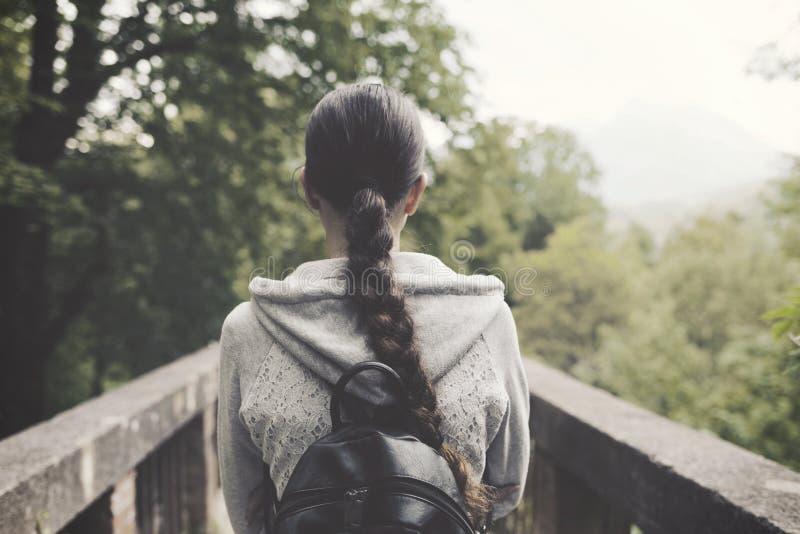 Молодая женщина идя в природу и ослабляя стоковая фотография