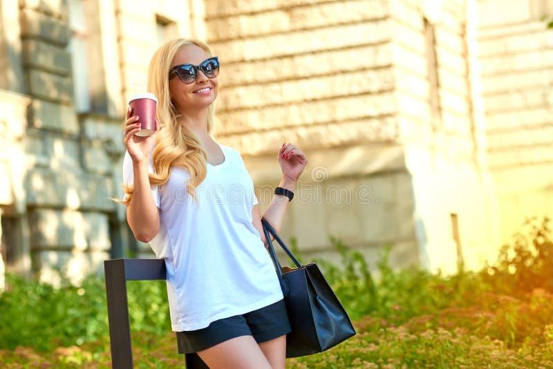Молодая женщина имея кофе перед старым зданием стоковые изображения rf
