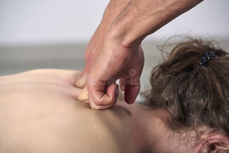 Молодая женщина имея регулировку задней части хиропрактики Физиотерапия, реабилитация ушиба спорт Osteopathy, нетрадиционная меди стоковая фотография rf