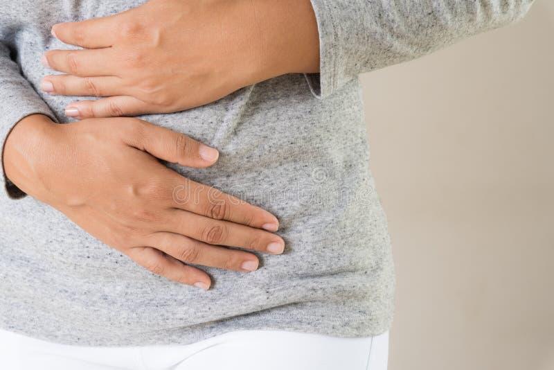 Молодая женщина имея тягостное stomachache стоковое фото rf