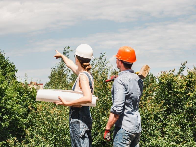 Молодая женщина инженера и ее субординационный работник стоковые фото
