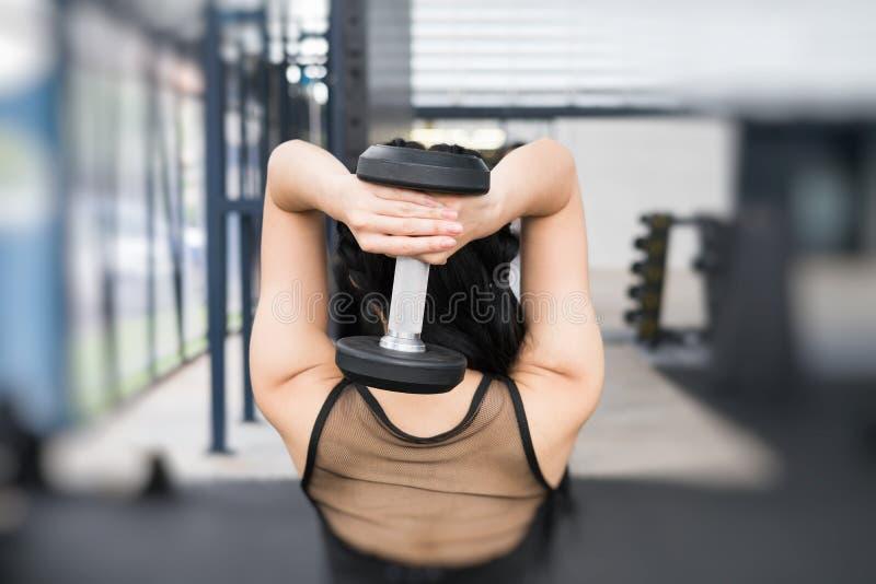 Молодая женщина исполняет тренировку в фитнес-центре спортсменка l стоковые изображения