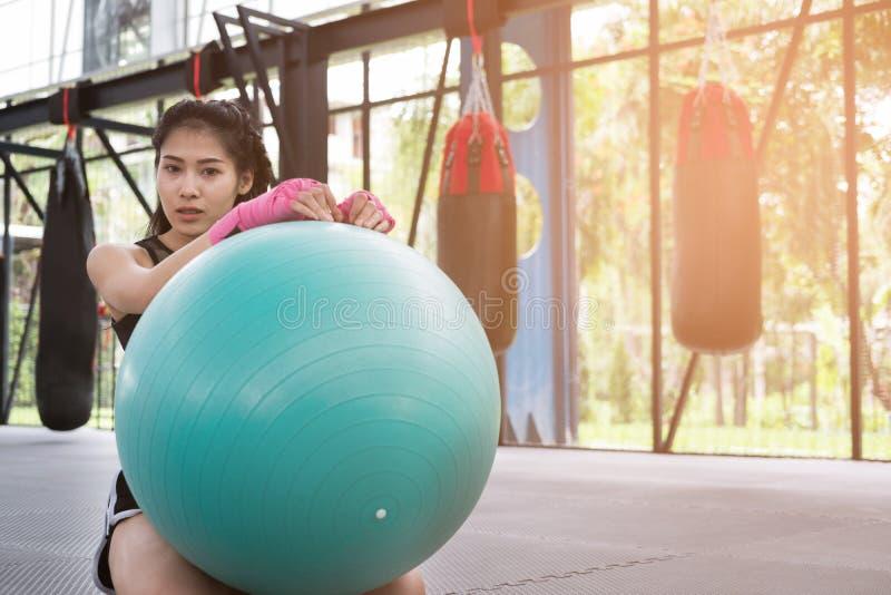 Молодая женщина исполняет тренировку в фитнес-центре спортсменка p стоковое изображение rf