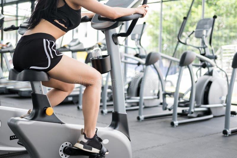 Молодая женщина исполняет тренировку в фитнес-центре спортсменка r стоковое изображение rf