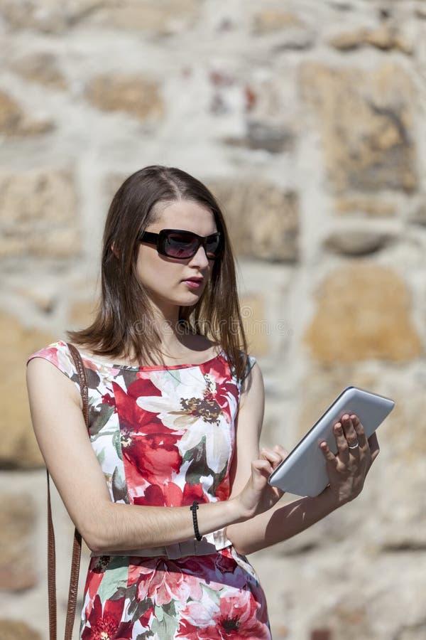 Молодая женщина используя таблетку стоковые фотографии rf