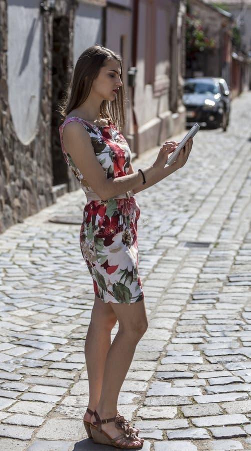 Молодая женщина используя таблетку стоковая фотография rf