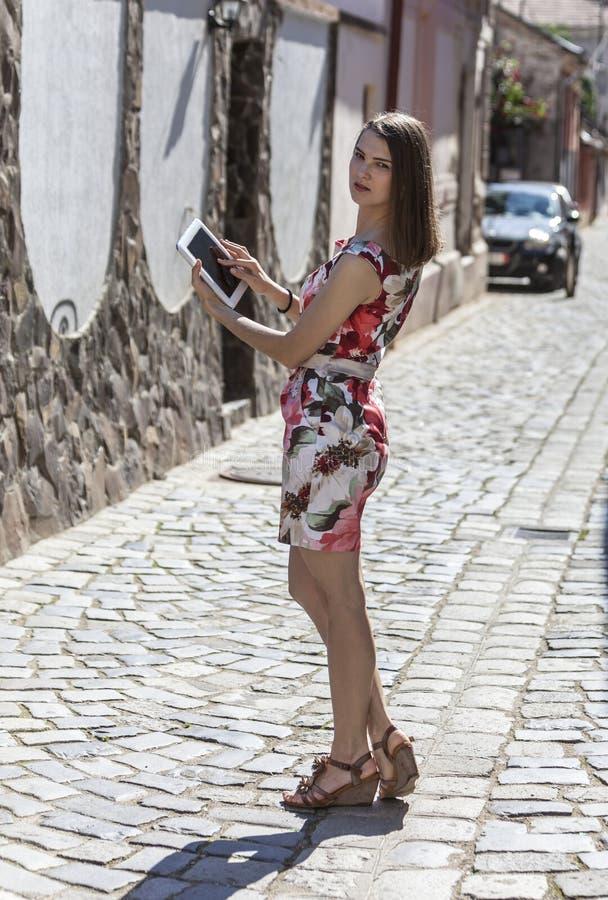Молодая женщина используя таблетку стоковое фото rf