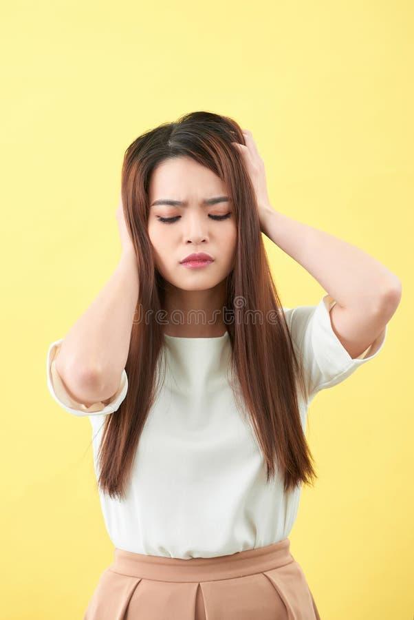 Молодая женщина испытывая главные повреждения, выглядящ жалкий и вымотанный стоковая фотография
