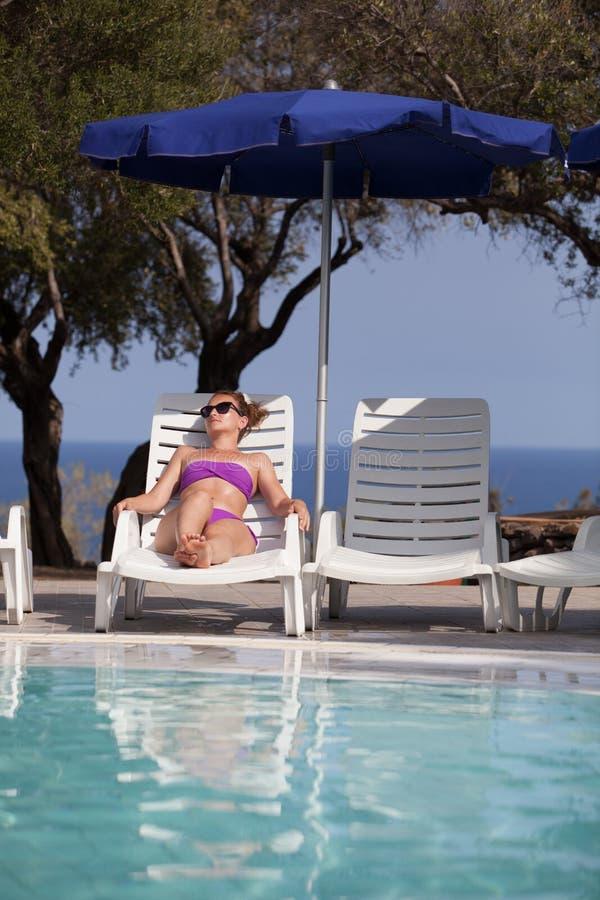 Молодая женщина и бассейн стоковое фото rf