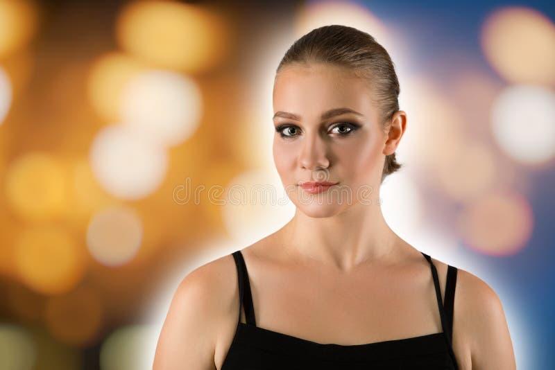 Молодая женщина красоты на предпосылке bokeh Свежая чистая свежая накаляя кожа Красивая девушка с совершенным составом, ярким ман стоковая фотография