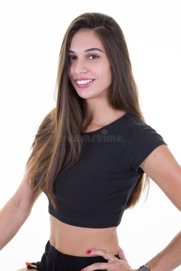 Молодая женщина красоты смотря камеру с застенчивой очаровательной улыбкой стоковые фото