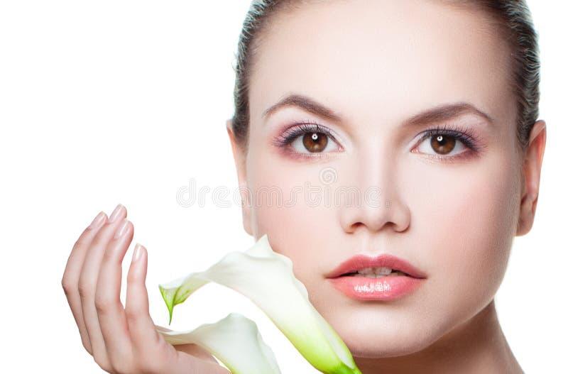Молодая женщина красоты с белым цветком Красивый женский модельный крупный план стороны стоковая фотография