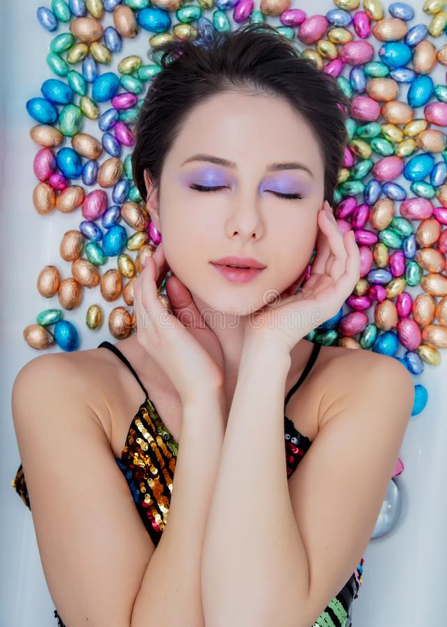 Молодая женщина лежа вниз на шоколаде стоковые изображения rf