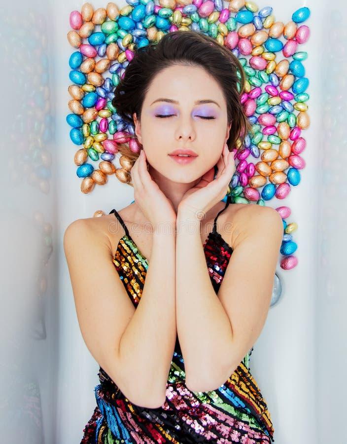 Молодая женщина лежа вниз на шоколаде стоковое изображение rf