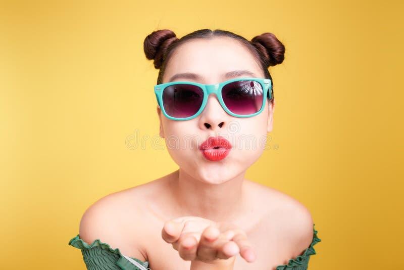 Молодая женщина моды довольно холодная с делать поцелуй и смотреть воздуха стоковые изображения