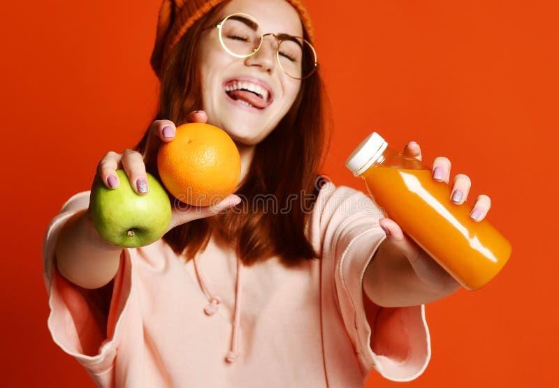 Молодая женщина моды милая с соком свежих фруктов стоковая фотография rf