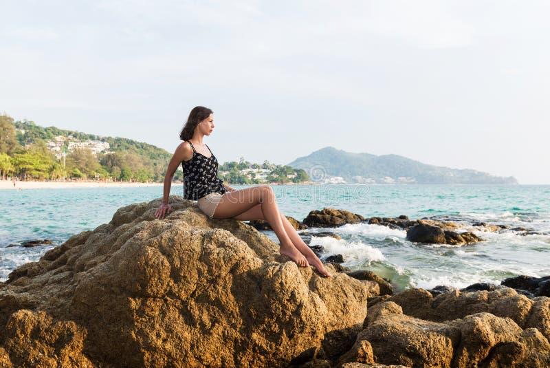 Молодая женщина над тропической предпосылкой моря и пляжа стоковые фотографии rf