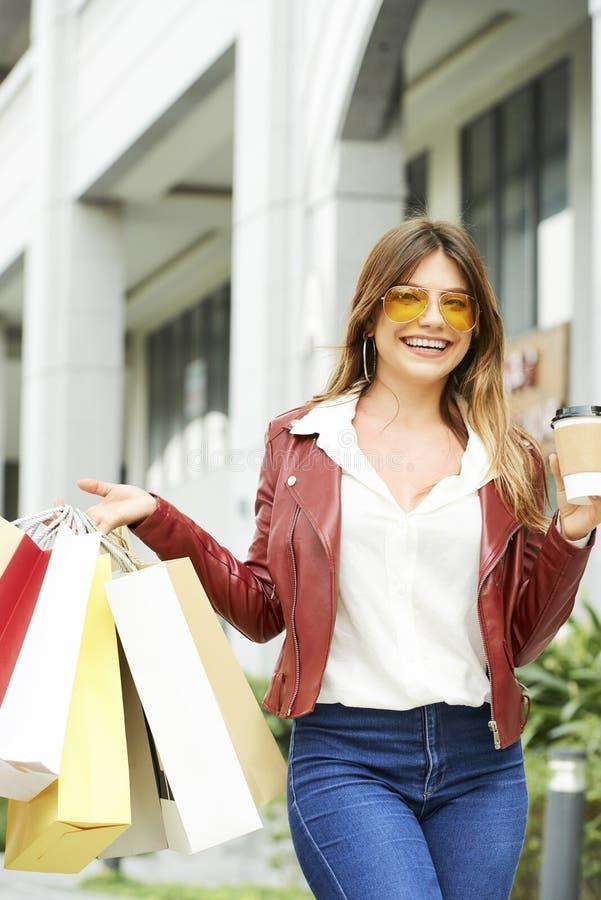 Молодая женщина наслаждаясь ходя по магазинам временем стоковое фото