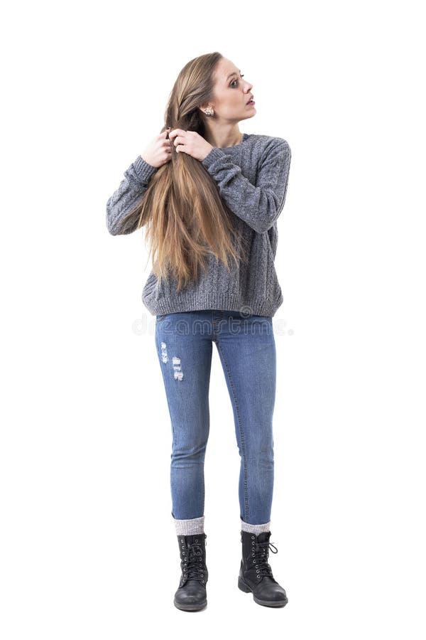 Молодая женщина начиная подготовить или создать оплетку волос ее собственной личностью стоковая фотография