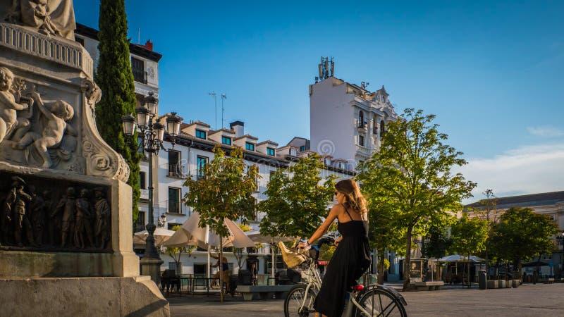 Молодая женщина на велосипеде на Районе de Ла Letras городском Мадриде, Испании стоковые изображения