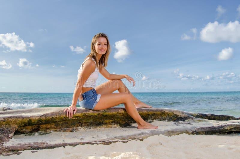 Молодая женщина на журнале стоковые фото