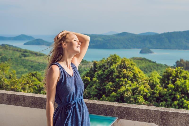 Молодая женщина на заднем плане тропической панорамы ландшафта пляжа Красивый океан бирюзы отказывается со шлюпками и стоковое изображение rf