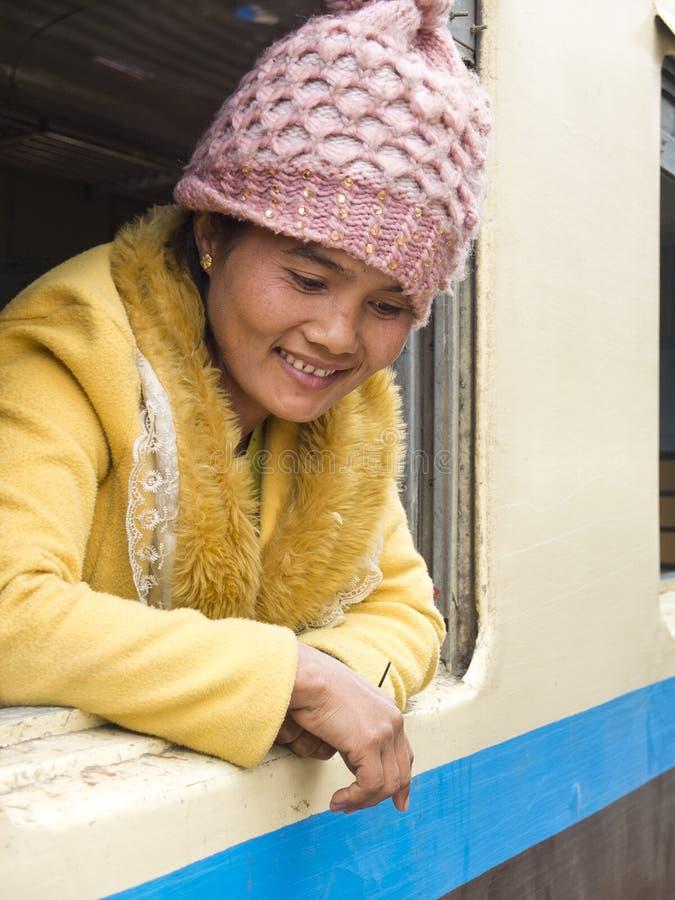 Молодая женщина на окне поезда стоковые изображения rf