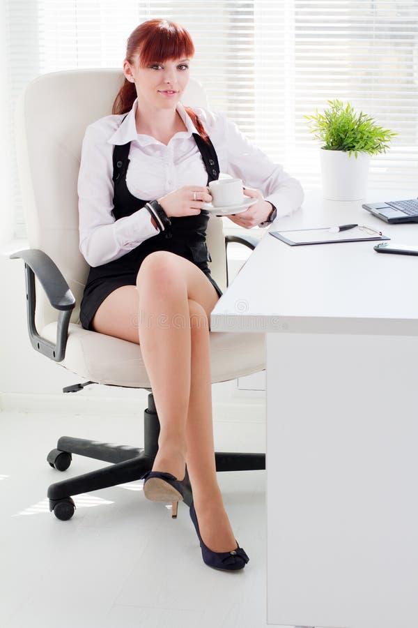 Молодая женщина на офисе стоковые фотографии rf