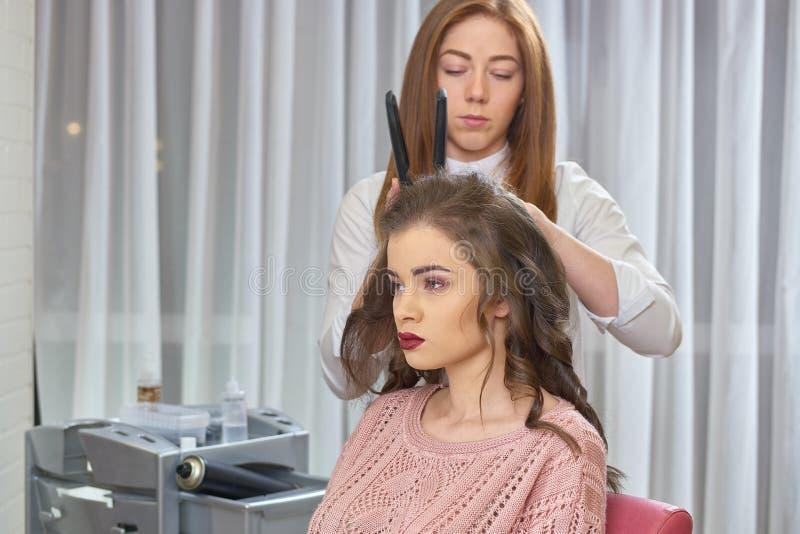 Молодая женщина на парикмахере стоковые фото