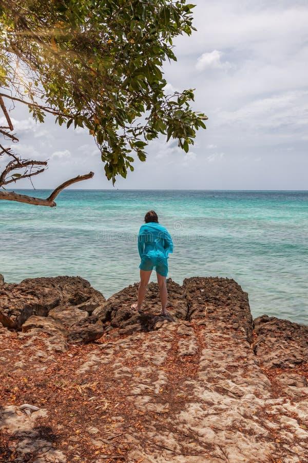 Молодая женщина на пляже орла в Аруба стоковое изображение rf