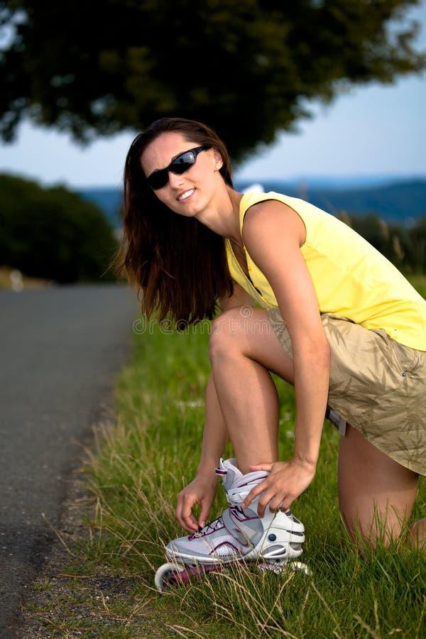 Молодая женщина на rollerblades в стране стоковые фотографии rf